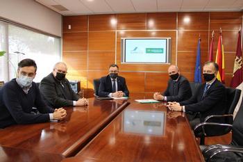 Un momento de la reunión de los responsables de Adeca y Globalcaja.