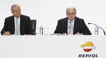 El presidente de Repsol, Antonio Brufau (d), junto al expresidente de CaixaBank, Isidro Fainé (i), durante la Junta General de Accionistas de la petrolera.