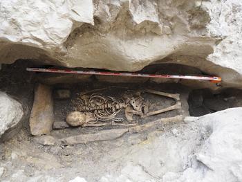 Excavan una sepultura hispano-visigoda en Ojo Guareña
