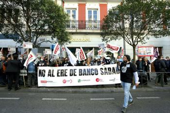 Trabajadores del Banco Sabadell se concentran contra el ERE