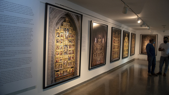Una exposición fotográfica retrata la belleza de 25 retablos