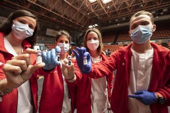 Las enfermeras Lorena García, María Arroyo, Silvia Casado y Pedro Pérez forman parte del equipo de vacunación contra la covid.