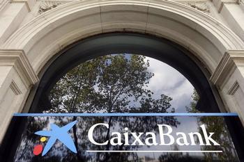 CaixaBank impulsa un plan de recolocación para sus empleados