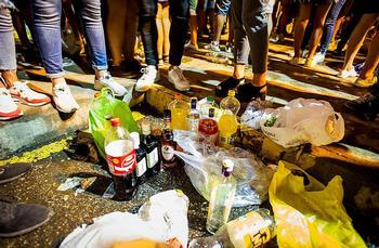 Las multas por beber en la calle se elevan a 137