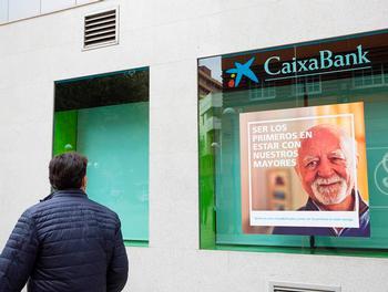 CaixaBank propone la salida del 22% de sus empleados