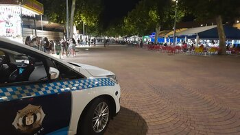 Un coche de la Policía vigila el Paseo de la Feria donde están las tascas.
