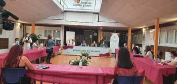 Reunión de la consejera de Empleo e Industria con miembros del Consejo de la Juventud.