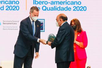 Luis Isasi, presidente de Santander España recibe premio de manos de S.M. el Rey