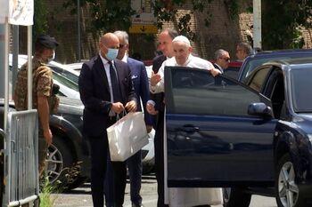 El Papa sale del hospital 10 días después de su operación