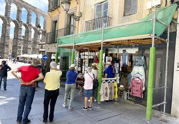 Imagen captada esta semana, insólita durante muchos meses, un grupo de turistas comprando unos recuerdos