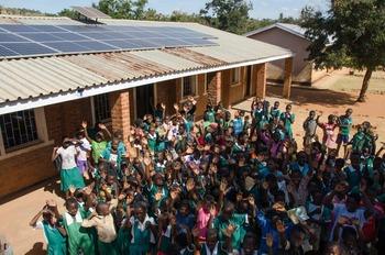 La escuela de una aldea de Malawi cuenta con energía limpia