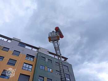 Los bomberos han rescatado al trabajador herido en accidente laboral.