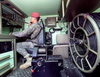 Un soldado hace una llamada desde un vehículo del Regimiento.