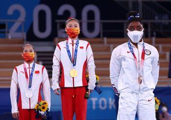Simone Biles gana el bronce en barra entre ovaciones