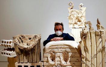 El creador isleño derrocha libertad y color en su nueva muestra en Málaga, donde expone más de un centenar de piezas de su última etapa.