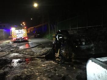 Un incendio en contenedores quema un vehículo