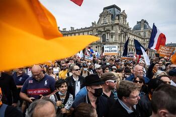 Miles de franceses protestan contra el certificado COVID