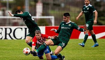 Undabarrena y Lobato presionan a un jugador del Sporting B.
