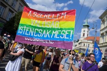 Budapest celebra el Orgullo Gay y clama contra Orbán