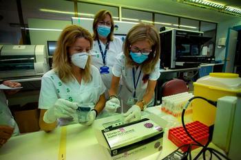 Profesionales del Servicio de Microbiología procesan varias muestras de Covid.