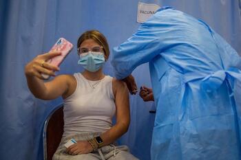 Los anticuerpos perduran 12 meses y aumentan con la vacuna