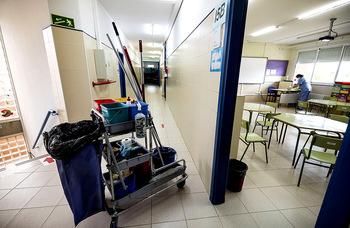 Un contrato exprés adelanta la limpieza extra en colegios