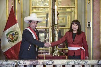 Castillo toma juramento a Mirtha Vásquez como primera ministra