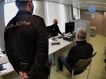 Unos policías le toman declaración al hombre en la comisaría de Logroño.