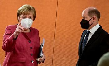 La canciller Angela Merkel y el ministro de Finanzas alemán y vicecanciller, Olaf Scholz.