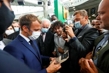 Un joven lanza un huevo a Macron en la feria de Lyon