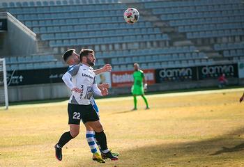 Álvaro Ramírez pugna por el balón en un partido en casa.