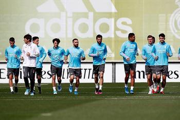 Zidane recupera a Carvajal y Nacho, mientras que Kroos y Modric son bajas de última hora.