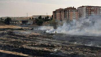 Apagan un incendio en la zona de los terrenos de Renfe