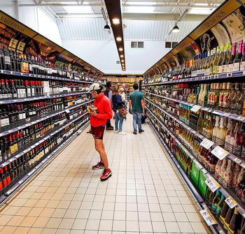 Pasillo con botellas de vino en un supermercado.