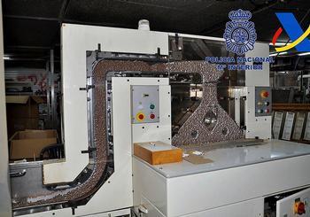 Imagen de una de las máquinas usadas por la banda para empaquetar tabaco ilegal.