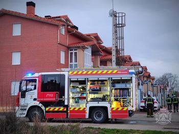 Los bomberos extinguen un incendio en Barriada de los Ríos