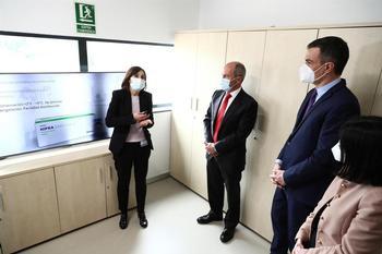 El presidente Pedro Sánchez (2d), junto con la ministra de Sanidad, Carolina Darias (d),visita la multinacional farmacéutica española HIPRA, en Amer (Gerona)