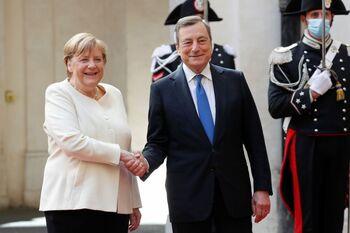 Draghi y Merkel piden a los países cooperar con Afganistán