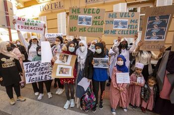 Concentración en el Liceo por prohibir el velo a una alumna