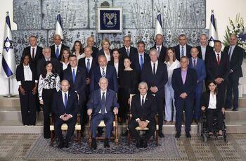 Foto de familia del nuevo Gabinete, con el presidente Reuven Rivlin (c) escudado por Benet (i) y Lapid.