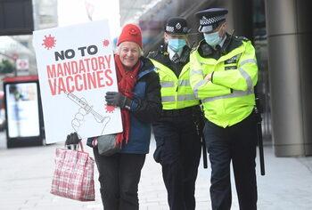 Los antivacunas británicos amenazan a los diputados 'malvados'