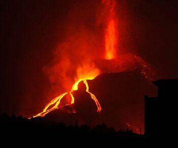 Las coladas de lava continúan avanzando hacia el mar