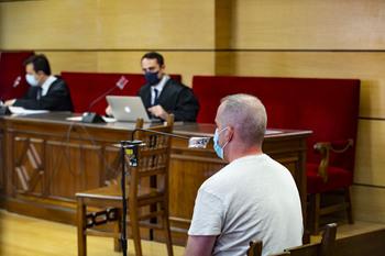 Luis Francisco S. G., sentado en el banco durante el acto celebrado esta mañana en la Audiencia Provincial.
