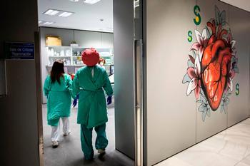 Dos sanitarios pasan a un área del Servicio de Urgencias.