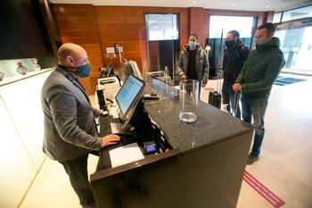 Un grupo de visitantes formaliza su registro de entrada en uno de los hoteles de la ciudad.