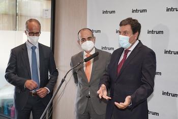 El consejero de Economía y Hacienda de la Junta de Castilla y León, Carlos Fernández Carriedo, visita las instalaciones del nuevo centro operativo de la empresa Intrum.