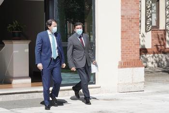 El presidente de la Junta, Alfonso Fernández Mañueco, y el consejero de Economía, Fernández Carriedo (d).