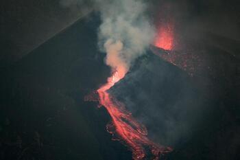 La erupción del volcán se reactiva y aumenta el flujo de lava