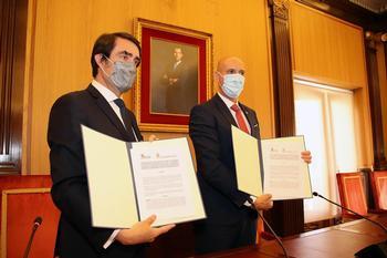 El consejero de Fomento y Medio Ambiente, Juan Carlos Suárez-Quiñones, y el alcalde de León, José Antonio Diez (d).