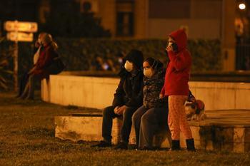 Los vecinos, en pijama, pasan la noche en la calle ante el riesgo de terremotos y réplicas.